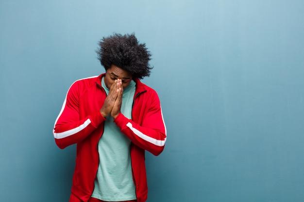 Sentindo-se preocupado, esperançoso e religioso, orando fielmente com as palmas das mãos pressionadas, pedindo perdão