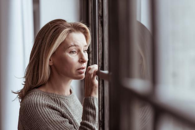 Sentindo-se preocupado. linda mulher madura preocupada em ver o marido com outra mulher