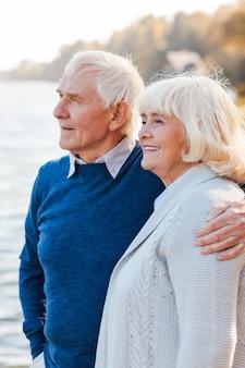 Sentindo-se seguro e tranquilo. casal de idosos felizes em pé no cais juntos e sorrindo