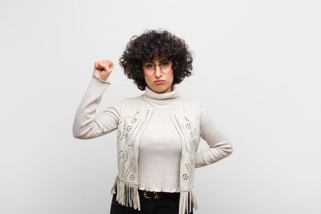 Sentindo-se sério, forte e rebelde, levantando o punho, protestando ou lutando pela revolução