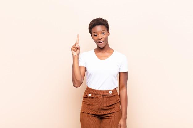 Sentindo-se um gênio feliz e animado depois de realizar uma ideia, levantando alegremente o dedo, eureka!