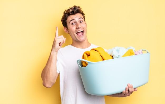 Sentindo-se um gênio feliz e animado depois de realizar uma ideia, levantando o dedo alegremente, eureka !. conceito de lavagem de roupas