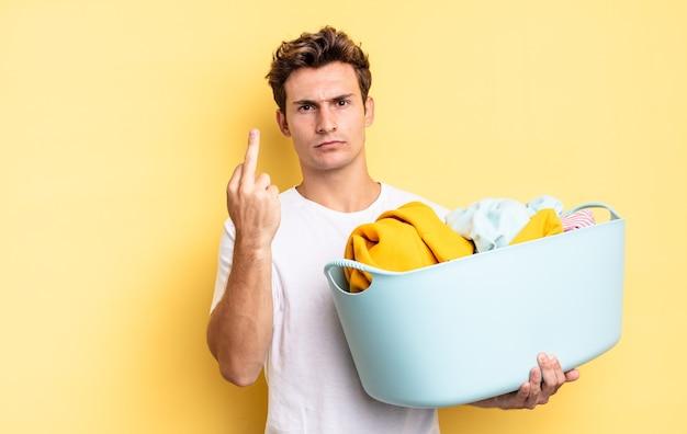 Sentindo-se zangado, irritado, rebelde e agressivo, sacudindo o dedo médio, lutando de volta. conceito de lavagem de roupas