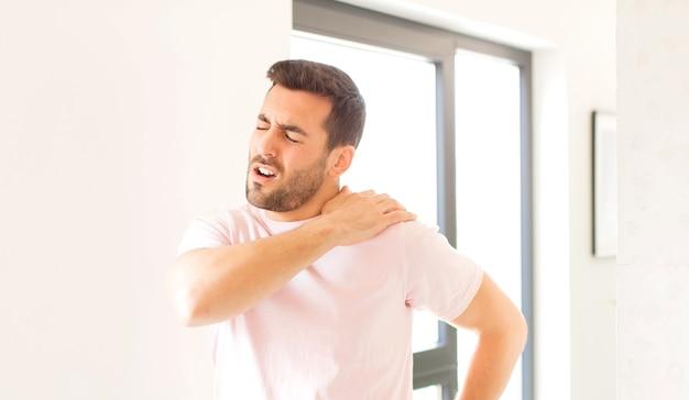 Sentir-se cansado, estressado, ansioso, frustrado e deprimido, sofrendo de dores nas costas ou no pescoço