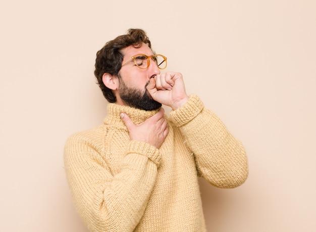 Sentir-se doente com sintomas de dor de garganta e gripe, tosse com a boca coberta
