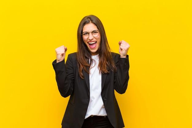 Sentir-se feliz, positivo e bem-sucedido, comemorando vitórias, conquistas ou boa sorte