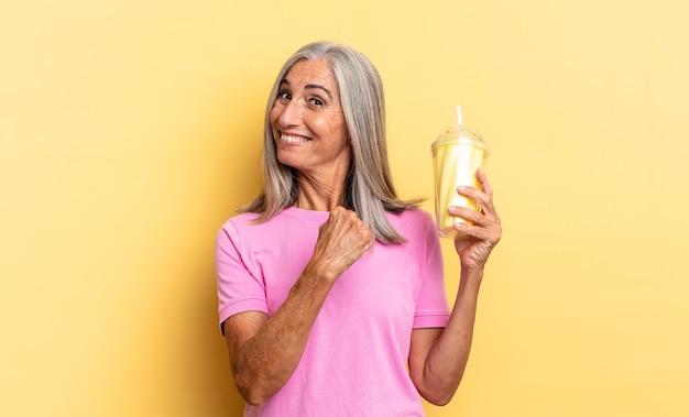 Sentir-se feliz, positivo e bem-sucedido, motivado para enfrentar um desafio ou comemorar bons resultados e segurar um milkshake