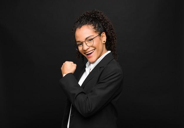 Sentir-se feliz, positivo e bem-sucedido, motivado quando enfrenta um desafio ou comemora bons resultados