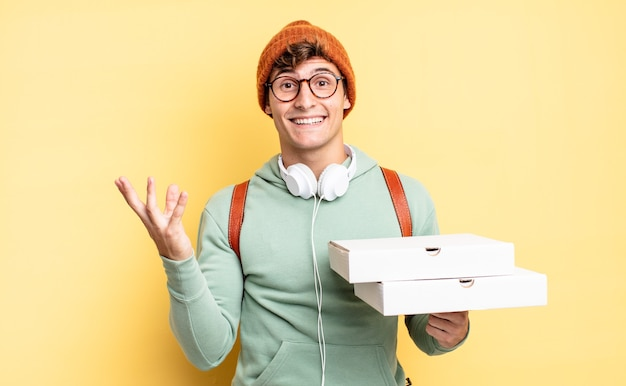 Sentir-se feliz, surpreso e alegre, sorrindo com atitude positiva, percebendo uma solução ou ideia. conceito de pizza