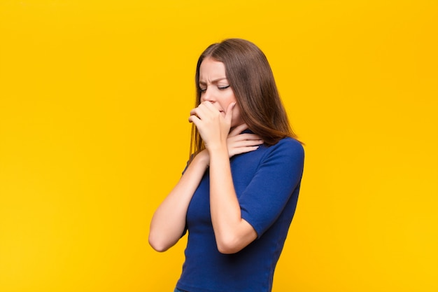 Sentir-se mal com dor de garganta e sintomas de gripe, tosse com a boca coberta
