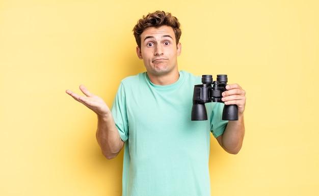 Sentir-se perplexo e confuso, duvidar, ponderar ou escolher diferentes opções com expressão engraçada. conceito de binóculos