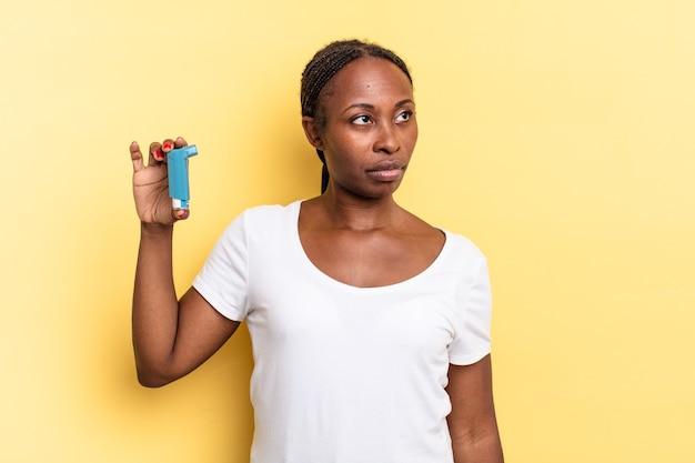 Sentir-se triste, chateado ou com raiva e olhando para o lado com uma atitude negativa, franzindo a testa em desacordo. conceito de asma