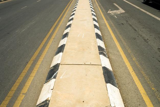 Separador de estradas em concreto
