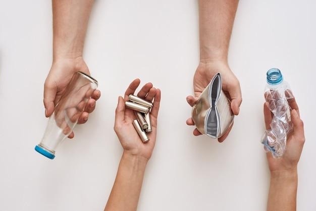 Separe seu lixo quatro tipos de lixo em mãos humanas
