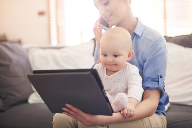 Ser mãe é o equilíbrio entre casa e empresa Foto gratuita
