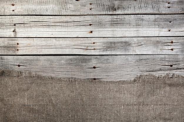 Serapilheira no antigo fundo cinza de madeira