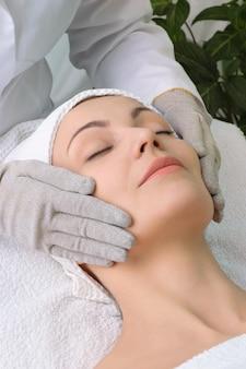 Série de salão de beleza. massagem facial