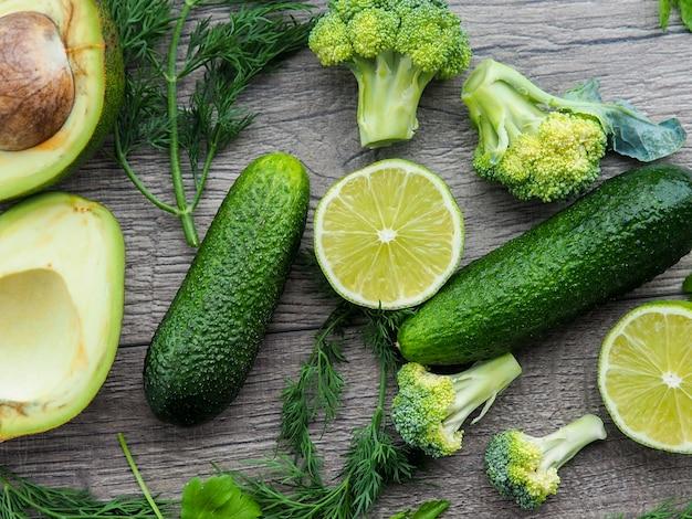 Série plana leigos de legumes verdes em tons variados, produtos frescos orgânicos crus
