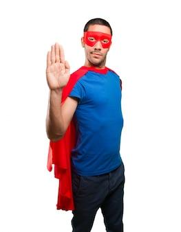Seriedade de super-herói com um gesto de paragem