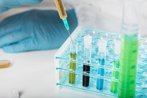 Seringa de close-up, coletando amostras médicas