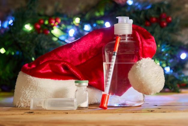 Seringa e remédios anti-séptico para as mãos com anti-séptico para as mãos da covid e do natal