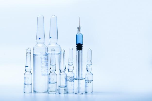 Seringas de vidro e garrafas de medicamentos
