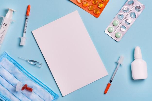 Seringas, pílulas e papel com espaço de cópia