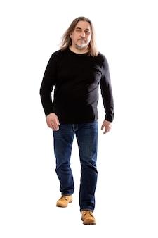 Sério determinado homem envelhecido médio com cabelos longos. altura toda. isolado em um fundo branco. vertical