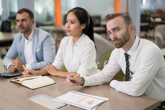 Sério empresários sentado no seminário
