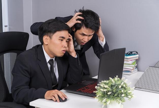 Sério, estressado, dois, homem negócio, usando computador portátil, para, trabalhando, projeto