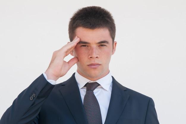 Sério, jovem, trabalhador escritório, tocar, cabeça
