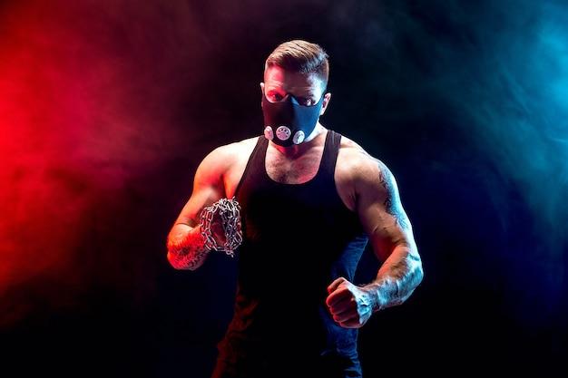 Sério lutador muscular, as correntes trançavam sobre o punho.