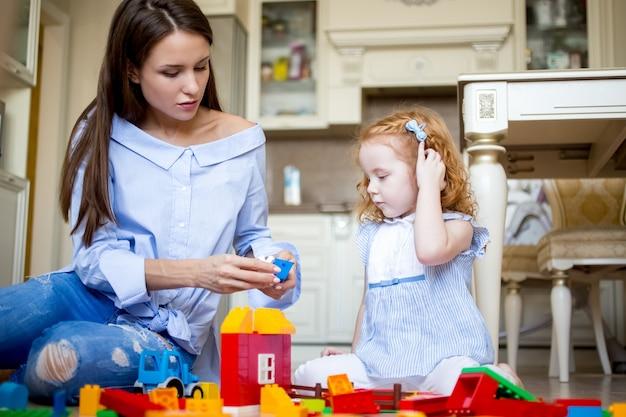 Sério, mãe, ou, nanny, tocando, pequeno, menina
