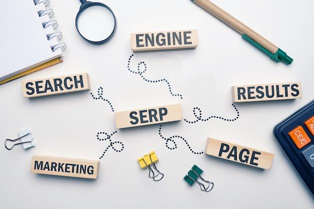 Serp palavra-chave de marketing. página de resultados do mecanismo de busca do termo em blocos de madeira.