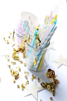 Serpentina, canudos e copos de papel