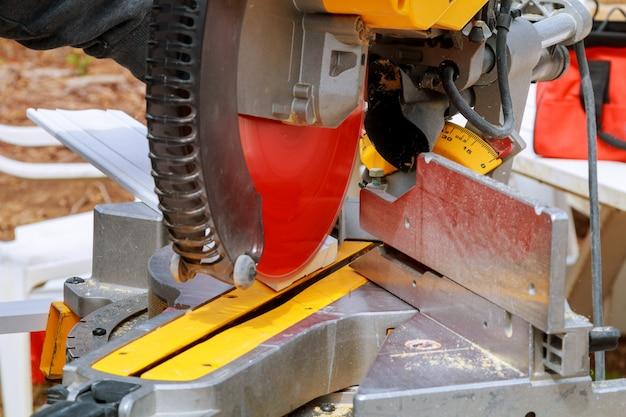 Serra circular. carpenter using circular saw para madeira