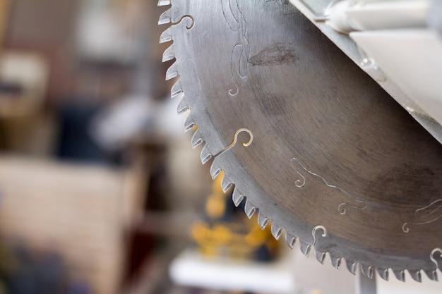 Serra circular de close-up em uma oficina de carpintaria