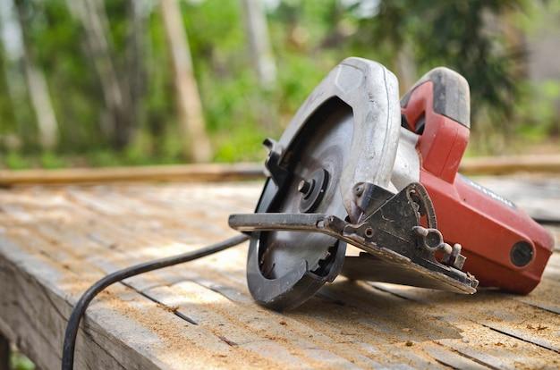 Serra circular isolada na oficina de carpintaria de mesa