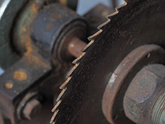 Serra circular velha e enferrujada com close-up de dentes