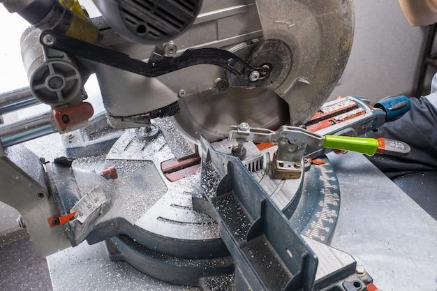 Serra de mesa nas aparas de metal do corte de metal