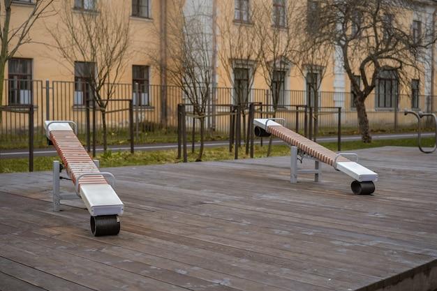 Serra no playground emply feito de prancha