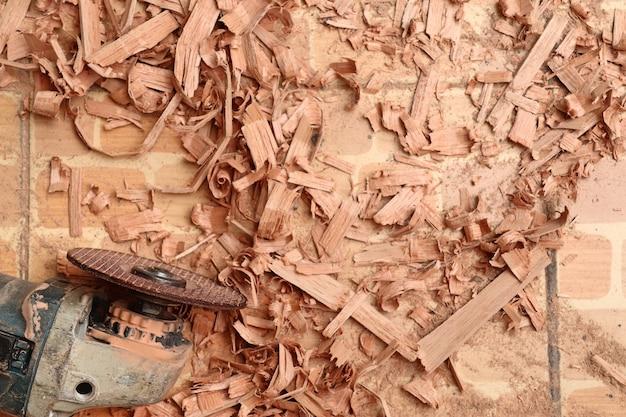 Serragem de madeira e ferramentas