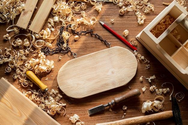 Serragem de madeira e tábua na oficina