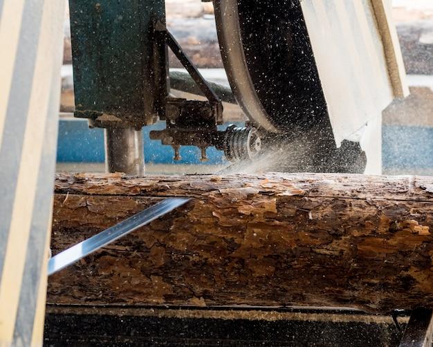 Serraria moderna. indústria de serrar tábuas de toras