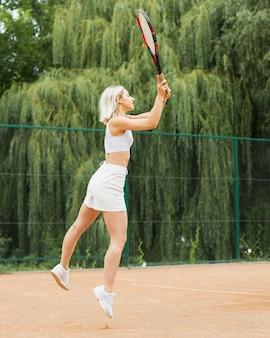 Serviço ativo da mulher do tênis