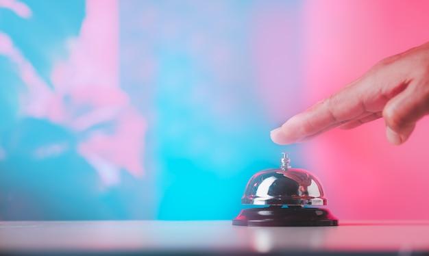 Serviço de campainha nas informações do balcão, chamada de atendimento da campainha com fundo de cor doce