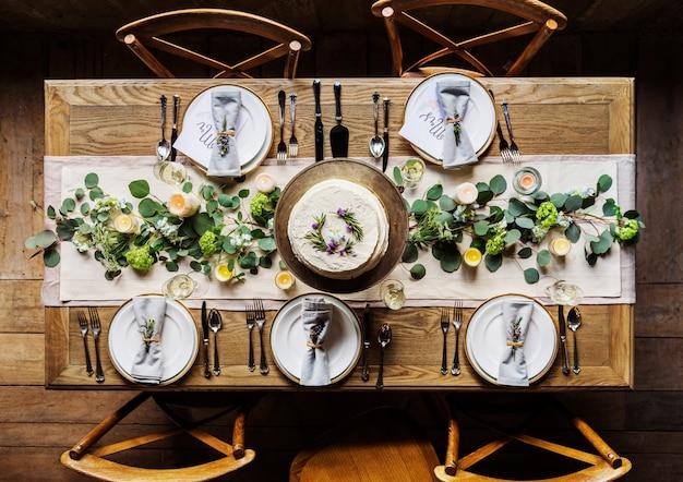 Serviço de configuração de mesa de restaurante elegante para recepção