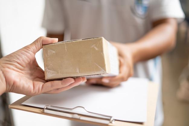 Serviço de entrega com serviços online para negociação e envio