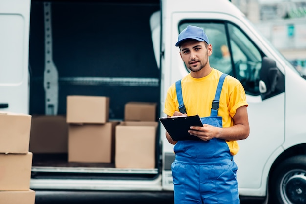 Serviço de entrega de carga, caminhão de descarga de correio masculino