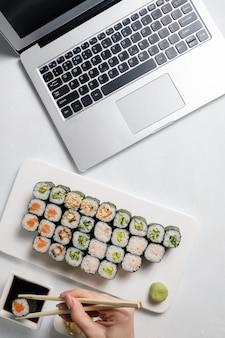 Serviço de entrega de comida. saboroso sushi em restaurante